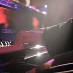 Marisa wird live begleitet am Flügel von Marc Wanner
